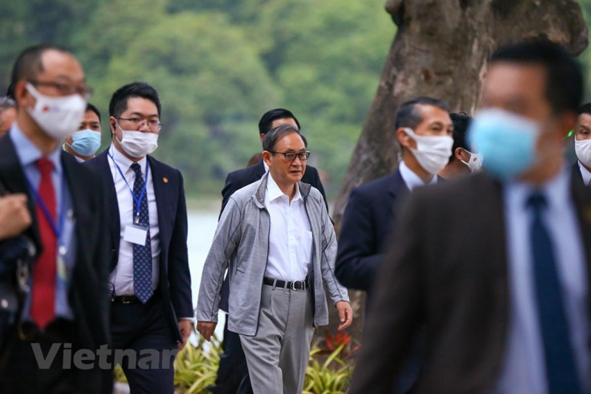 Khoảng 6 giờ sáng 20/10, nhiều người dân Thủ đô bất ngờ khi thấy Thủ tướng Nhật Bản Suga Yoshihide tập thể dục tại Hồ Gươm.