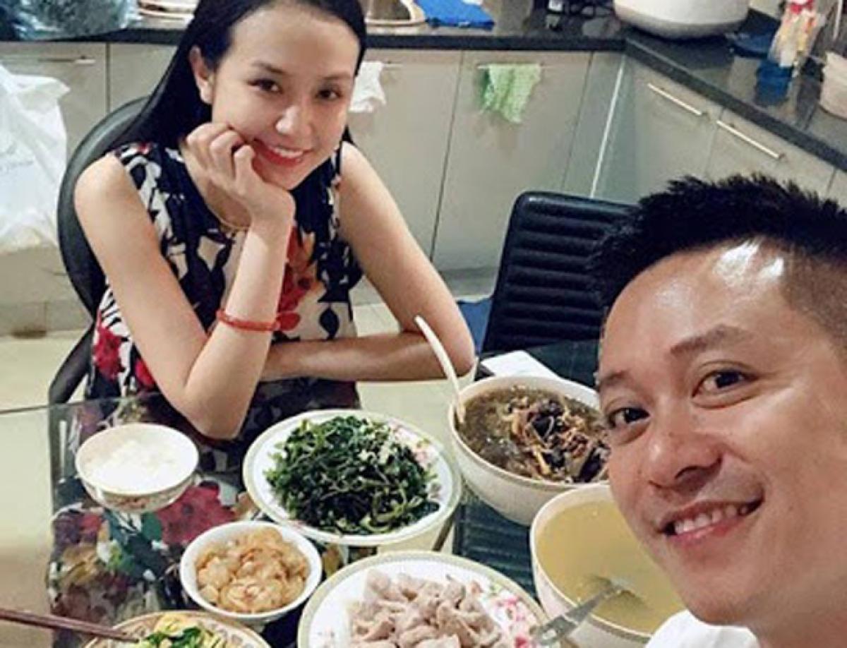 Nam ca sĩ luôn tháp tùng bà xã Hương Baby đi dự khai trương, trong các công việc kinh doanh
