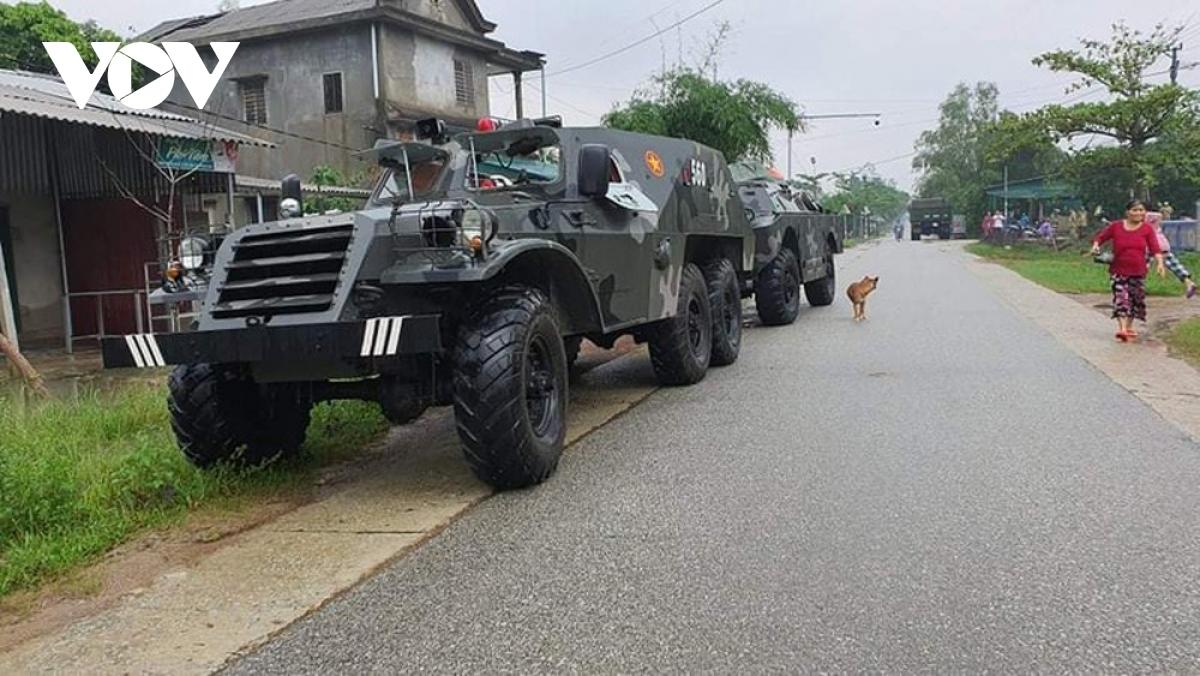 Xe của quân đội đang đợi bên ngoài sẵn sàng các phương án ứng cứu