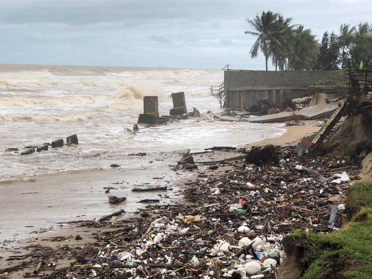 Bãi biển Cửa Đại tan hoang.