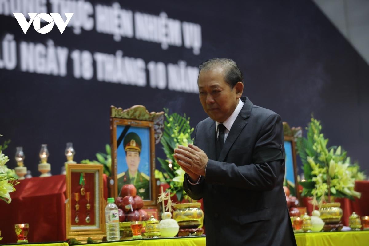 Từ 7 giờ 20 phút, lễ viếng diễn ra trong niềm đau xót và tiếc thương vô hạn. Phó Thủ tướng Thường trực Trương Hòa Bình dẫn đầu Đoàn đại biểu lãnh đạo Đảng, Nhà nước vào viếng.