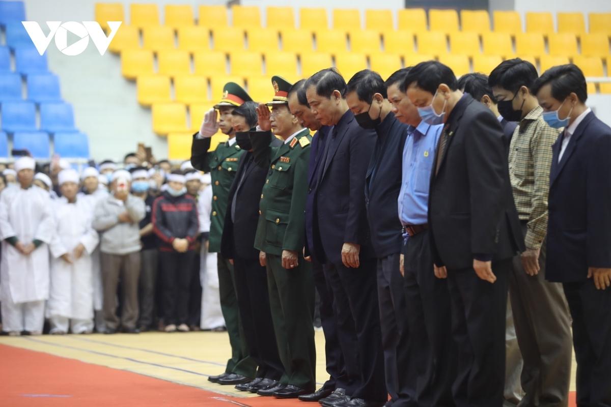 Đoàn Ban Chỉ đạo Trung ương về Phòng chống thiên tai và Tìm kiếmcứu nạn do Bộ trưởng Bộ NN&PTNT Nguyễn Xuân Cường vào viếng.