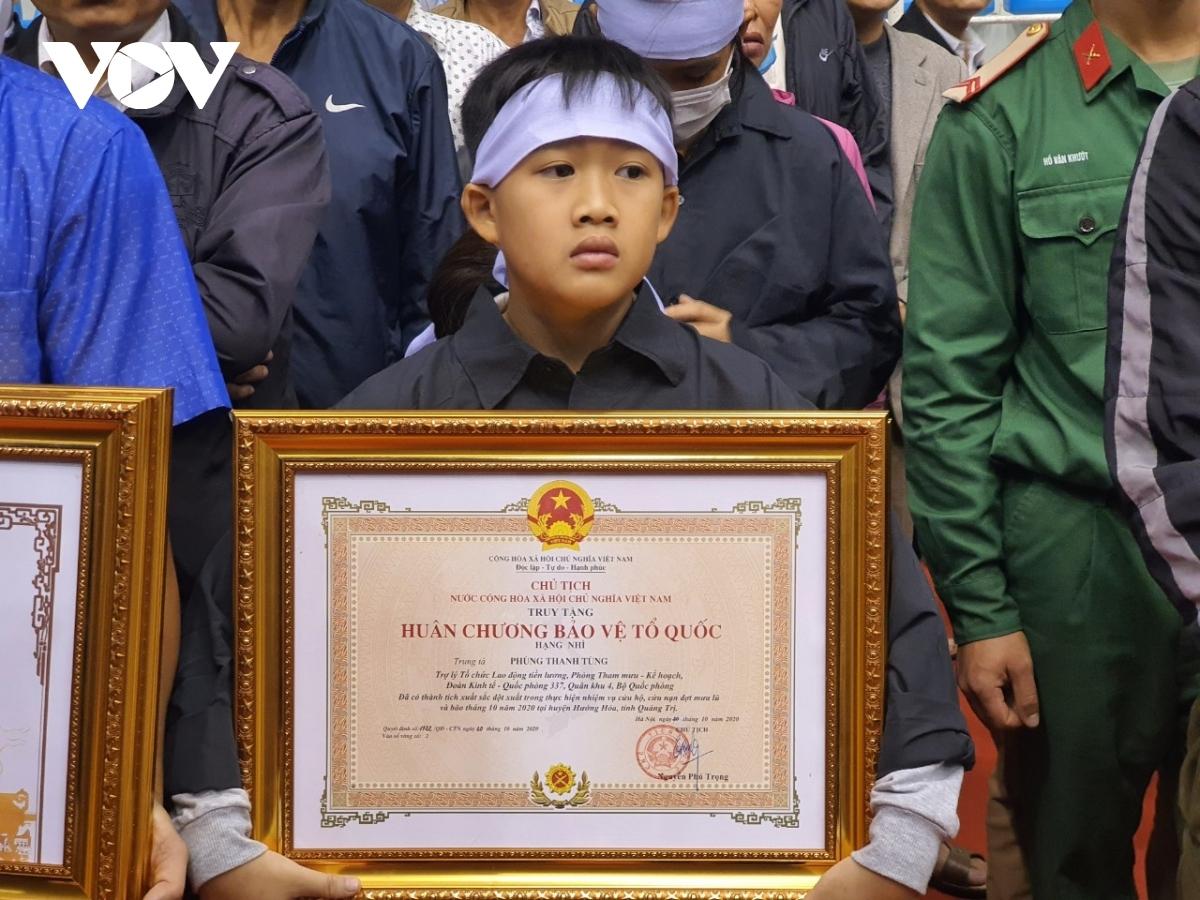Vợ và con trai của Trung tá Phùng Thanh Tùng.