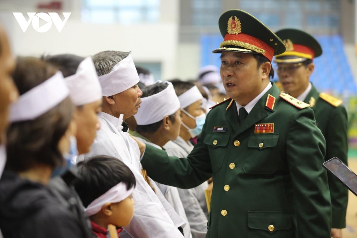 Trung tướng Phùng Sĩ Tấn, Phó Tổng Tham mưu trưởng động viên, chia sẻ đau thương, mất mát với thân nhân các liệt sĩ.