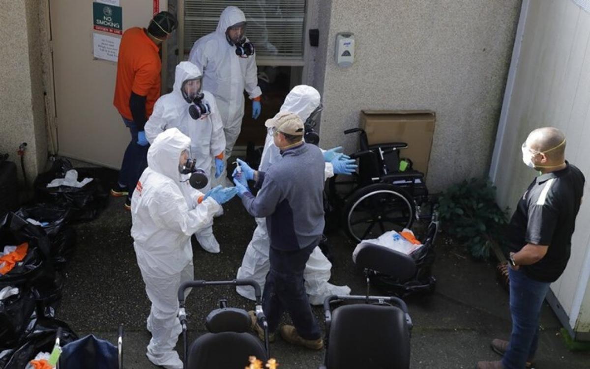 Hoạt động vệ sinh khử trùng phòng dịch bệnh tại một trung tâm chăm sóc sức khỏe ở Mỹ. Ảnh: AP.