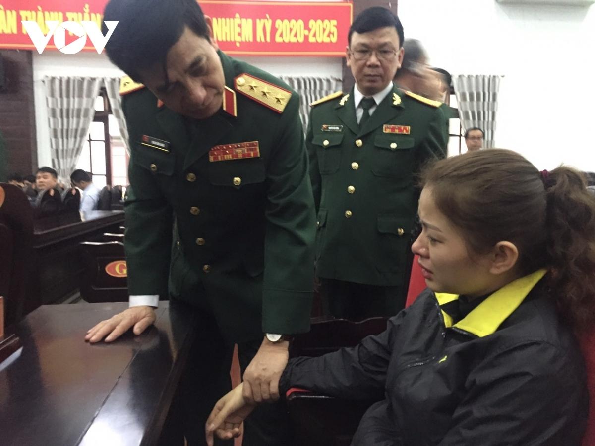 Thượng tướng Phan Văn Giang thứ trưởng Bộ Quốc phòng thăm hỏi chia buồn với thân nhân liệt sĩ Đinh Văn Trung. Ảnh: Thanh Hà