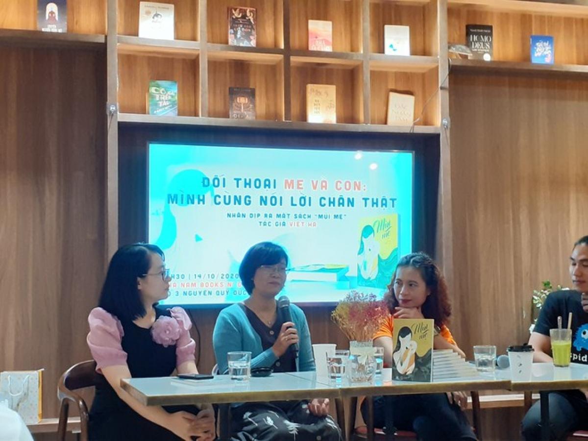Tác giả Việt Hà (áo xanh) chia sẻ tại buổi ra mắt cuốn sách