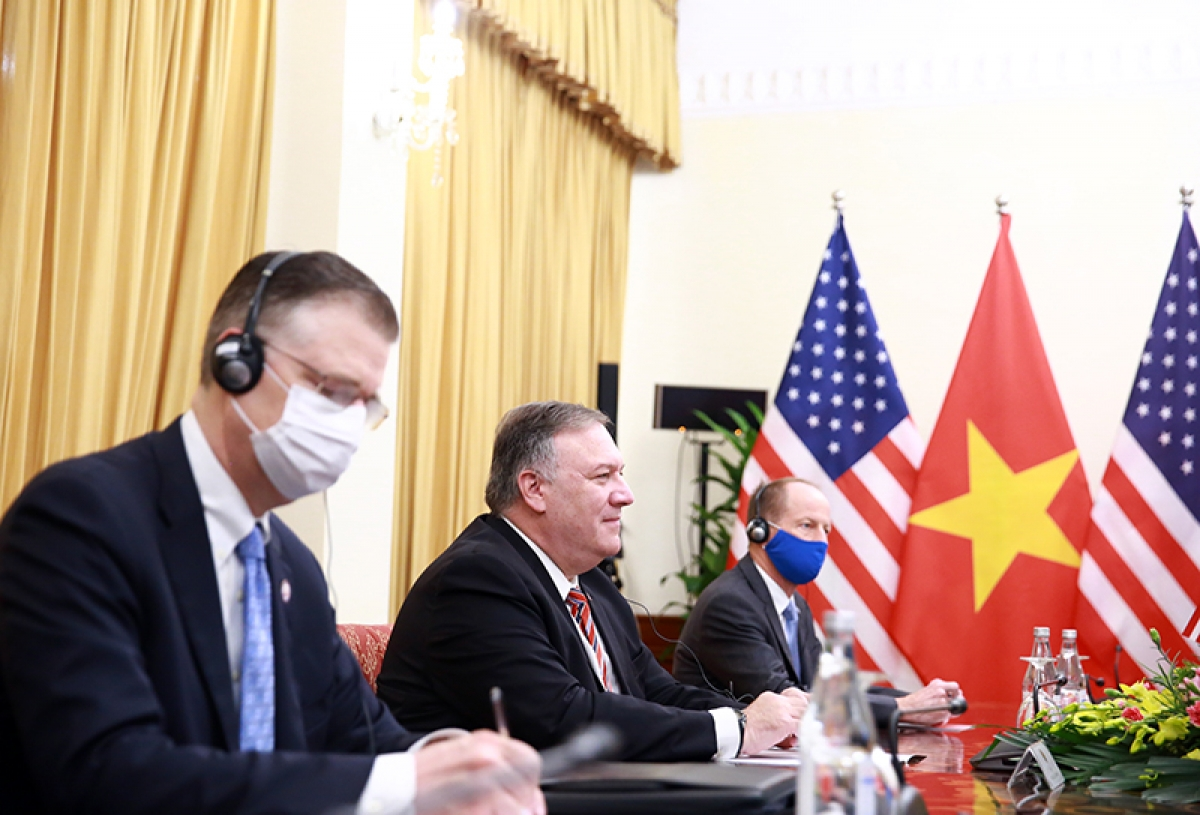 Ngoại trưởng Michael Pompeo (thứ 2 từ trái sang) đánh giá cao việc hai nước tăng cường và mở rộng quan hệ Đối tác toàn diện trên cơ sở tôn trọng độc lập, chủ quyền, toàn vẹn lãnh thổ và thể chế chính trị của nhau.