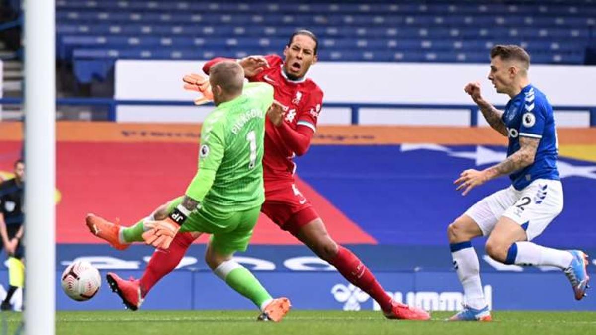 Virgil van Dijk dính chấn thương khi bịPickford phạm lỗi (Ảnh: Getty).