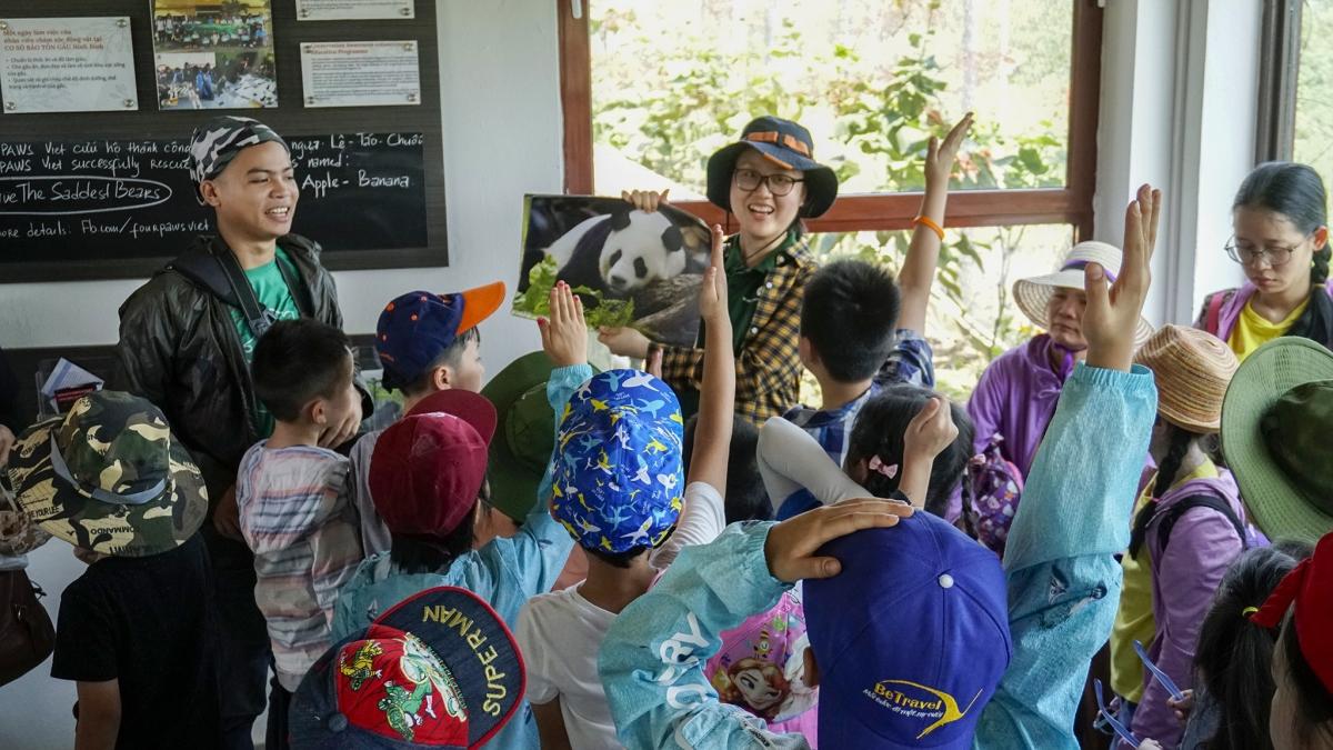 Các tour du lịch bền vững, bảo vệ môi trường tự nhiên sẽ ngày càng phổ biến trong tương lai. Ảnh: Du khách tham gia các hoạt động tại Cơ sở Bảo tồn gấu Ninh Bình - FOUR PAWS Việt