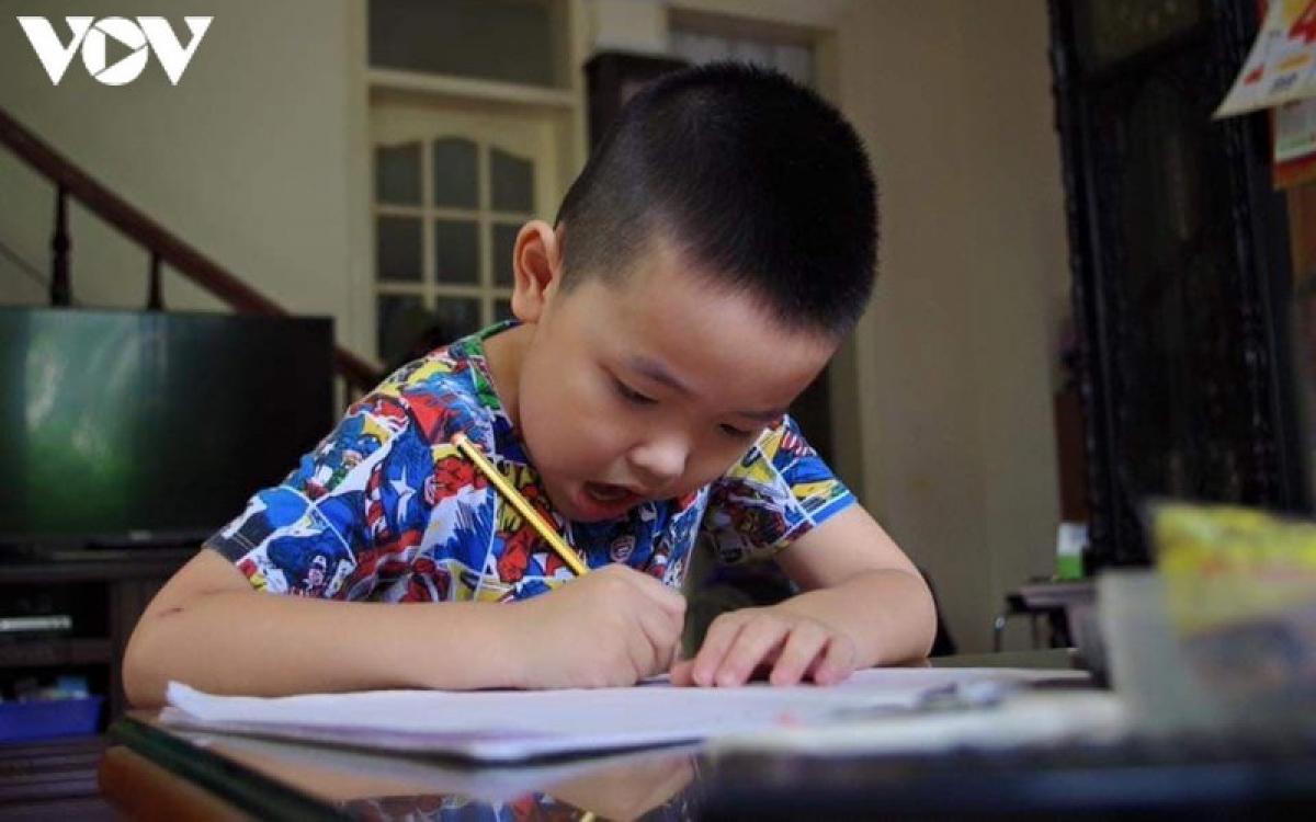Không như ở mẫu giáo, các bé vào lớp 1 sẽ bắt đầu học thực sự.