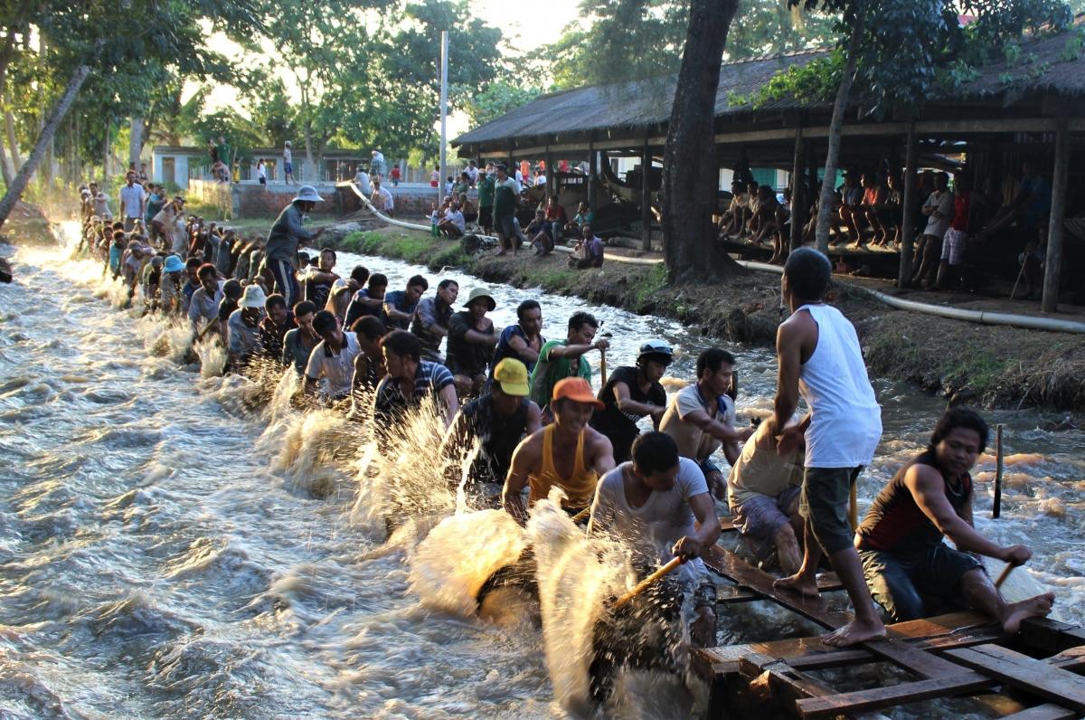 Đồng bào Khmer tập bơi đua chuẩn bị cho lễ hội đua ghe Ngo.