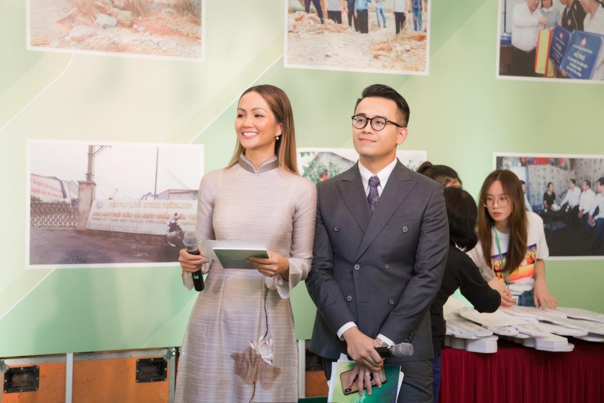 Phía sau hậu trường, Đức Bảo và H'Hen Niê đã trao đổi kịch bản trước khi chương trình bắt đầu lên sóng, nam MC không ngại chỉ dạy và tiếp thêm sự tự tin với Top 5 Hoa hậu Hoàn vũ 2018.