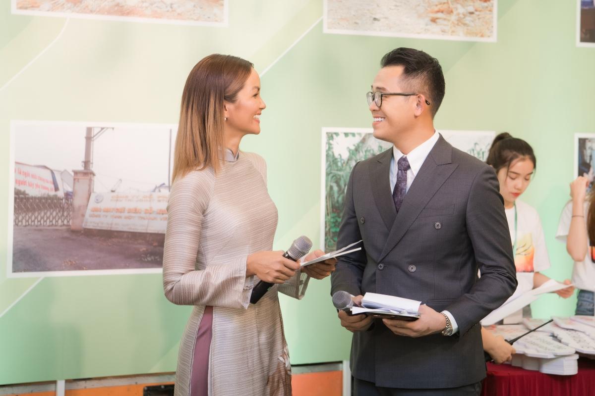 Vốn nổi tiếng là người có tác phong chuyên nghiệp nên MC Đức Bảo đã xuất hiện từ rất sớm để chuẩn bị từ trang phục và đọc lại kịch bản. Theo đó, Hoa hậu Hoàn vũ Việt Nam cũng đến và chuẩn bị cùng MC Đức Bảo.
