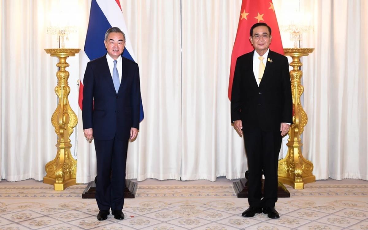 Ngoại trưởng Vương Nghị (trái) và Thủ tướngPrayut Chan-o-cha.