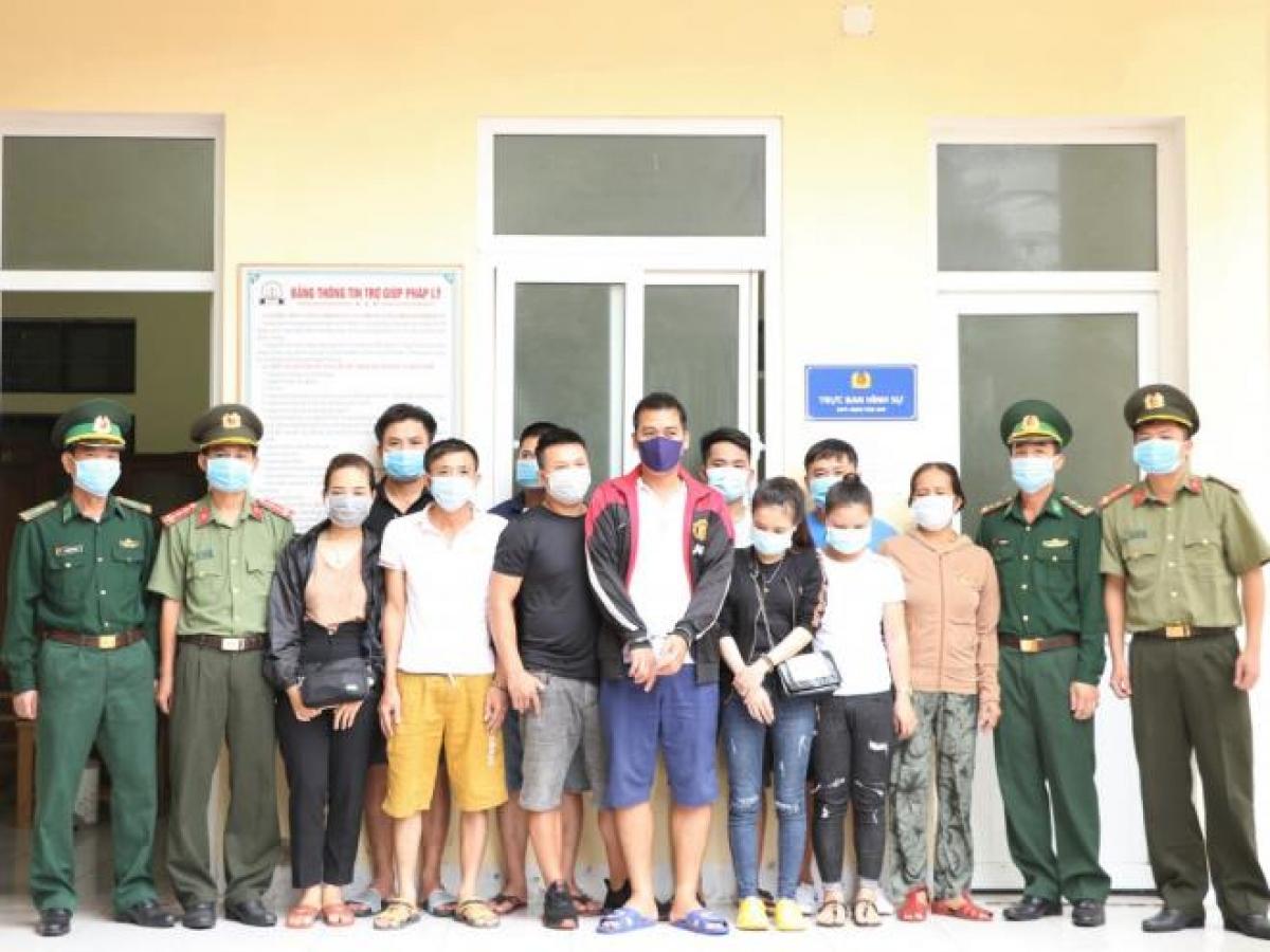16 người đang chờ vượt biên sang Lào trái phép. (Ảnh: CAHT)