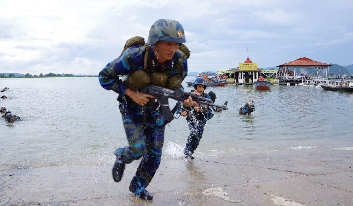 Huấn luyện vượt sông đánh chiếm mục tiêu. Ảnh:Vùng 1 Hải quân cung cấp.