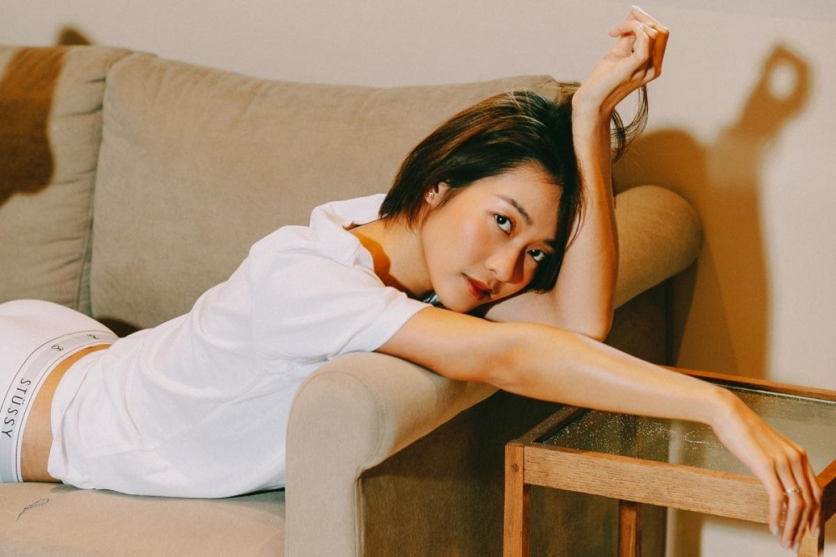"""Hình ảnh năng động, quyến rũ này cũng được cô mang vào sản phẩm âm nhạc """"Em đau lòng thế anh vừa lòng chưa"""" ra mắt hồi tháng 7 vừa qua."""