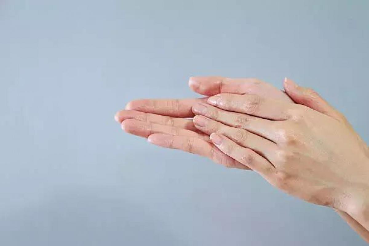 Xoa nóng gan bàn tay khi vừa ngủ dậy (Ảnh minh họa internet)