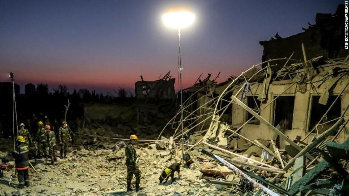 Đội cứu hộ đang làm việc tại một khu vực bị tên lửa tấn công trong cuộc xung đột tại khu vực Nagorno-Karabakh ngày 17/10. (Ảnh: Getty Images).