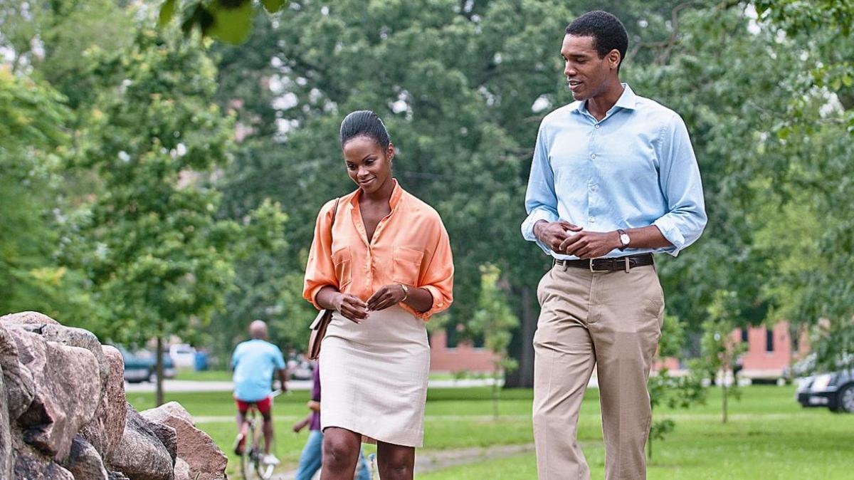 "Diễn viên Parker Sawyers (phải) đóng vai Barack Obama thời trẻ, trong phim ""Southside With You. Nguồn: thetimes.co.uk"