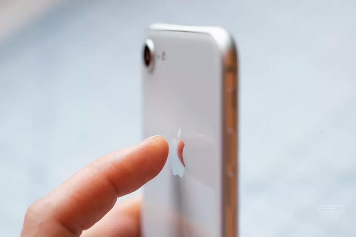 Ngoài những tác vụ có sẵn, Apple còn cho phép người dùng tự tạo chuỗi thao tác riêng rồi kích hoạt bằng Back Tap. (Ảnh: The Verge)