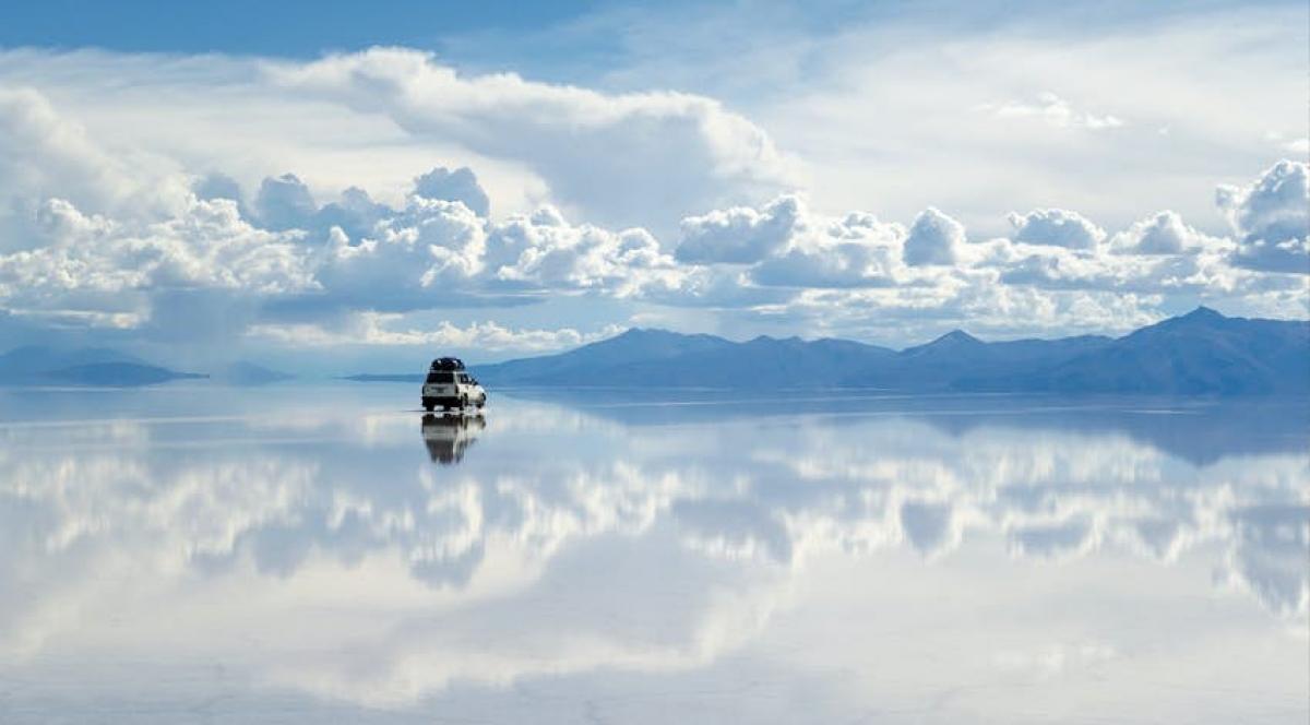 Mặt gương lớn nhất thế giới ở hồ muối Salar de Uyuni