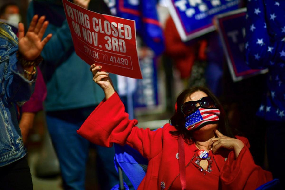 Những người ủng hộ Tổng thống Donald Trump xuống đường biểu tình ở Pennsylvania ngày 5/11 - Ảnh: REUTERS