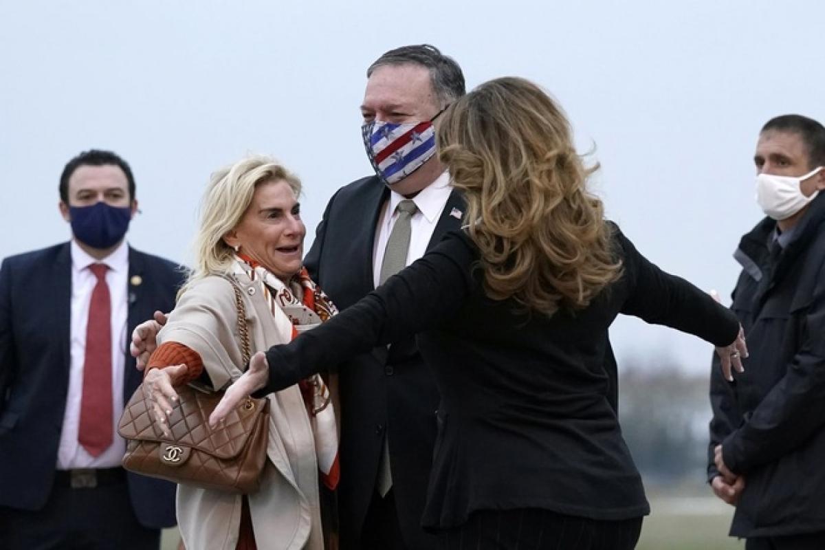 Ngoại trưởng Mỹ Mike Pompeo và phu nhân Susan (phải) ôm Đại sứ Mỹ tại Pháp Jamie McCourt (trái) tại sân bay Paris Le Bourget hôm 14/11. Ảnh: AP.