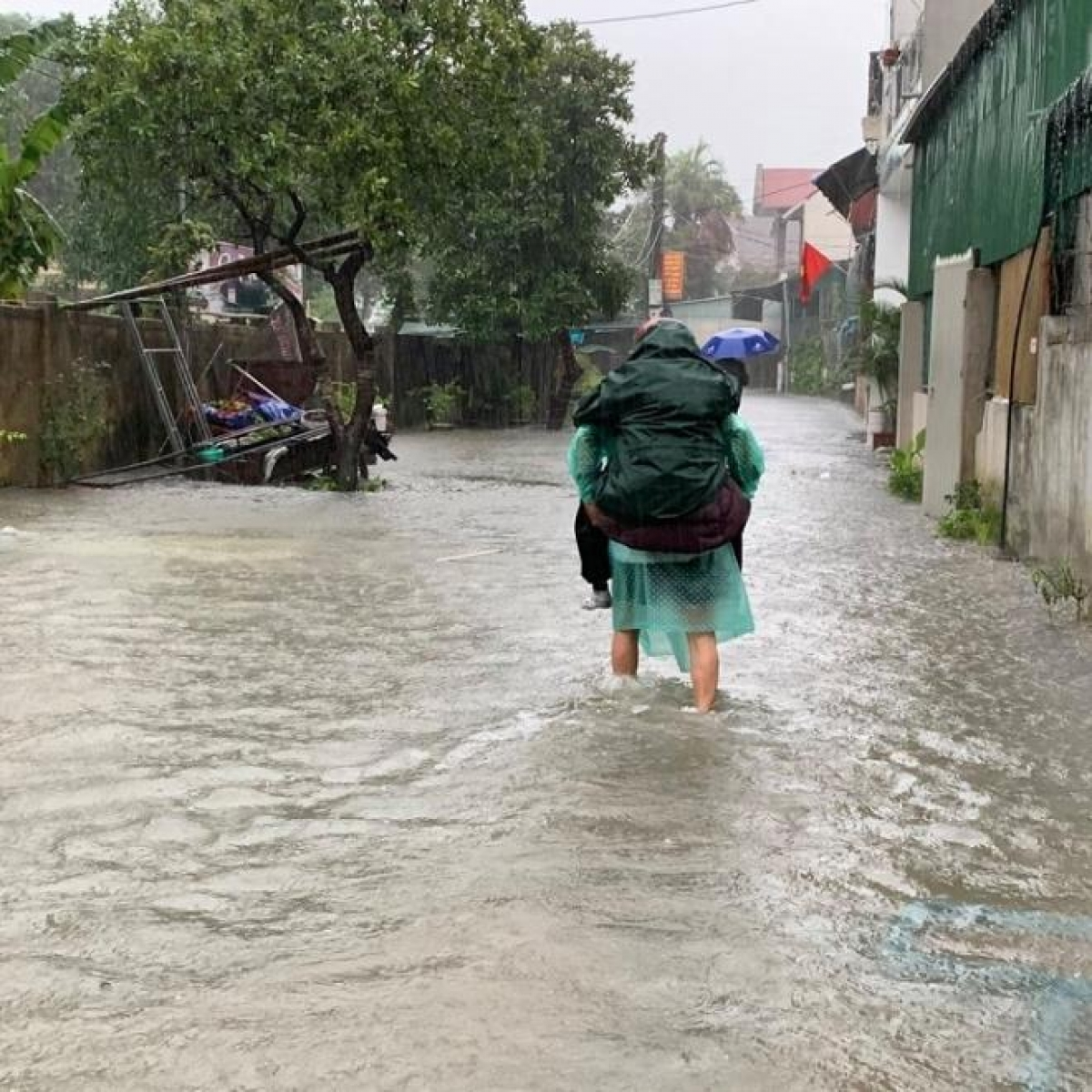 Nước lũ ngập tại nhiều tuyến đường, người già, trẻ em được ưu tiên di dời trước.