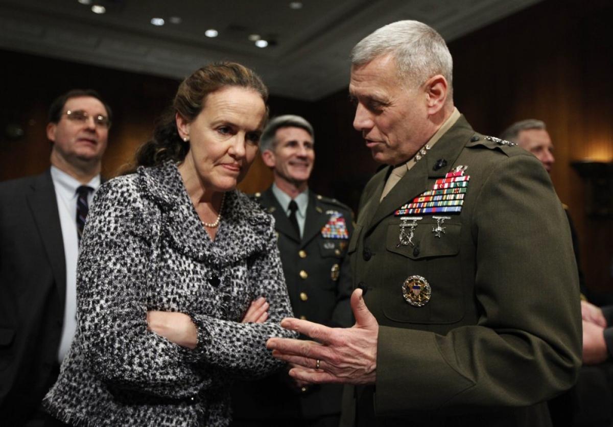 Bà Flournoy nói chuyện với một vị tướng trong quân đội năm 2010. Ảnh:AP.