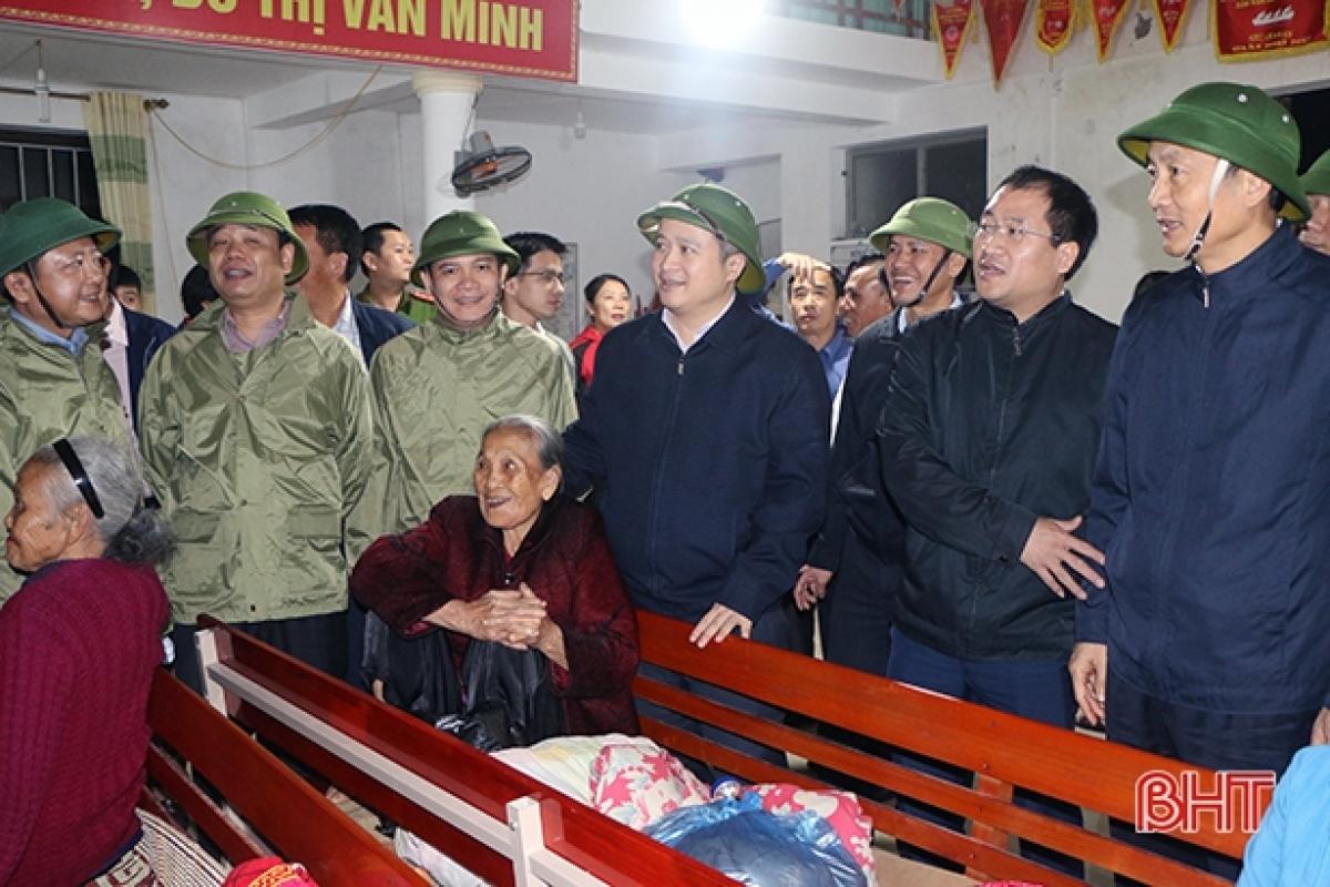 Chủ tịch UBND tỉnh Hà Tĩnh Trần Tiến Hưng động viên người dân tại điểm sơ tán ở huyện Lộc Hà.