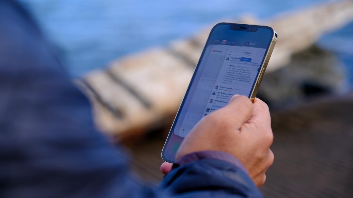 Màn hình của iPhone 12 Pro Max có thể hiển thị nội dung một cách rõ ràng ngay dưới điều kiện ánh sáng chói chang. Điều này mang lại rất nhiều lợi ích cho người dùng cần mở máy khi đang đi ngoài đường.