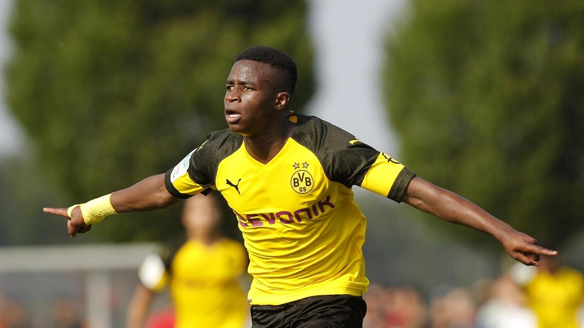 """Youssoufa Moukoko (Dortmund - ngày sinh 20/11/2004) -Moukoko đã trở thành cầu thủ trẻ nhất lịch sử ra sân ở Bundesliga khi vào sân thay Haaland ở phút 85 của trận đấu giữa Dortmund và Hertha Berlin khi mới 16 tuổi 1 ngày vào hôm 21/11. Trước khi ra mắt đội 1 Dortmund, tiền đạo này đã """"làm mưa, làm gió"""" ở các giải đấu trẻ ở Đức khi ghi đến 141 bàn thắng sau 88 trận đấu cho các đội trẻ Dortmund từ năm 2017. Moukoko cũng đã có 3 bàn thắng cho đội U16 Đức từ thời điểm mới 14 tuổi. Khi chưa tròn 16 tuổi, cầu thủ này cũng đã có trận ra mắt U20 Đức./."""