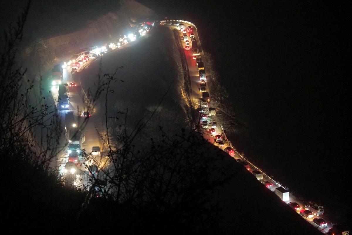 Hình ảnh ô tô con và ô tô tải nối đuôi nhau trong cảnh tắc nghẽn giao thông dọc theo một con đường từ Kalbajar tới một con đèo khi họ rút về Armenia. Vùng Kalbajar được giao cho Azerbaijan theo nội dung thỏa thuận đình chiến. Ảnh: AP./.