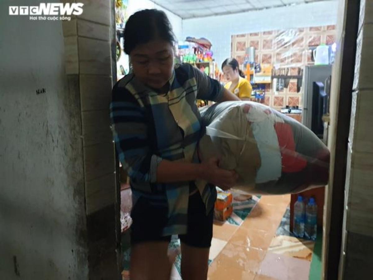 Các tiểu thương tại TP Hà Tĩnh gấp rút thu dọn đồ đạc tránh lũ./.