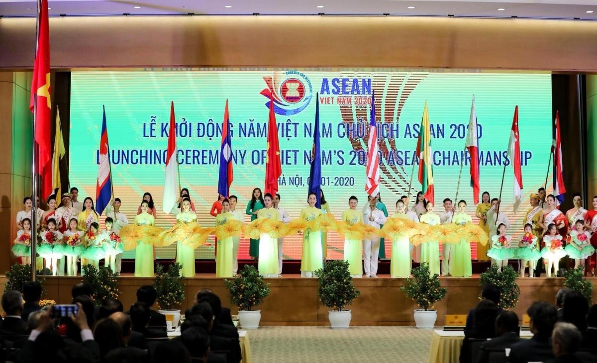 Các nghệ sỹ Nhà hát Nghệ thuật đương đại Việt Nam tại lễ khởi động Năm ASEAN 2020.