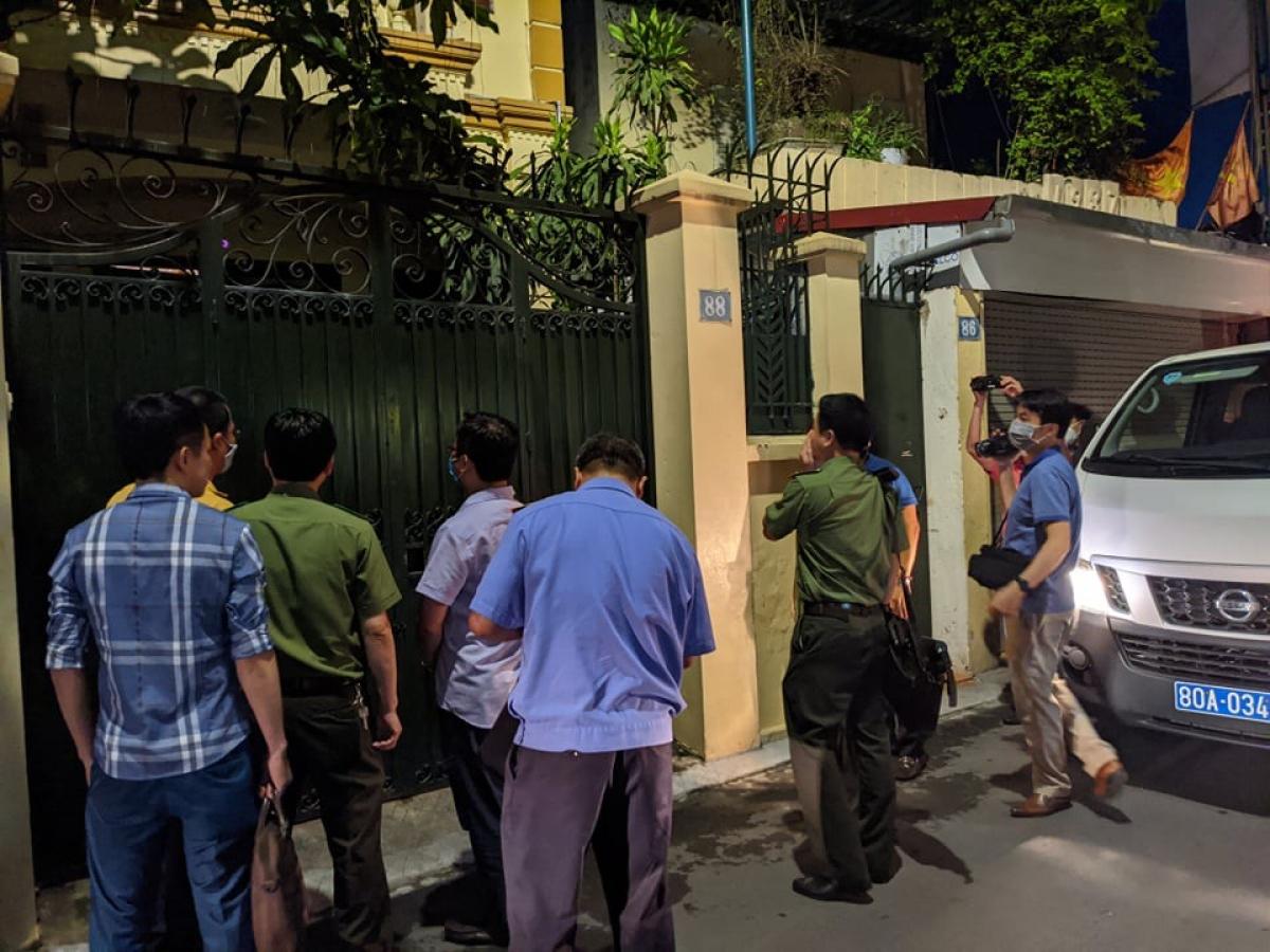 Lực lượng chức năng khám nhà ông Nguyễn Đức Chung ở Trung Liệt, Hà Nội.