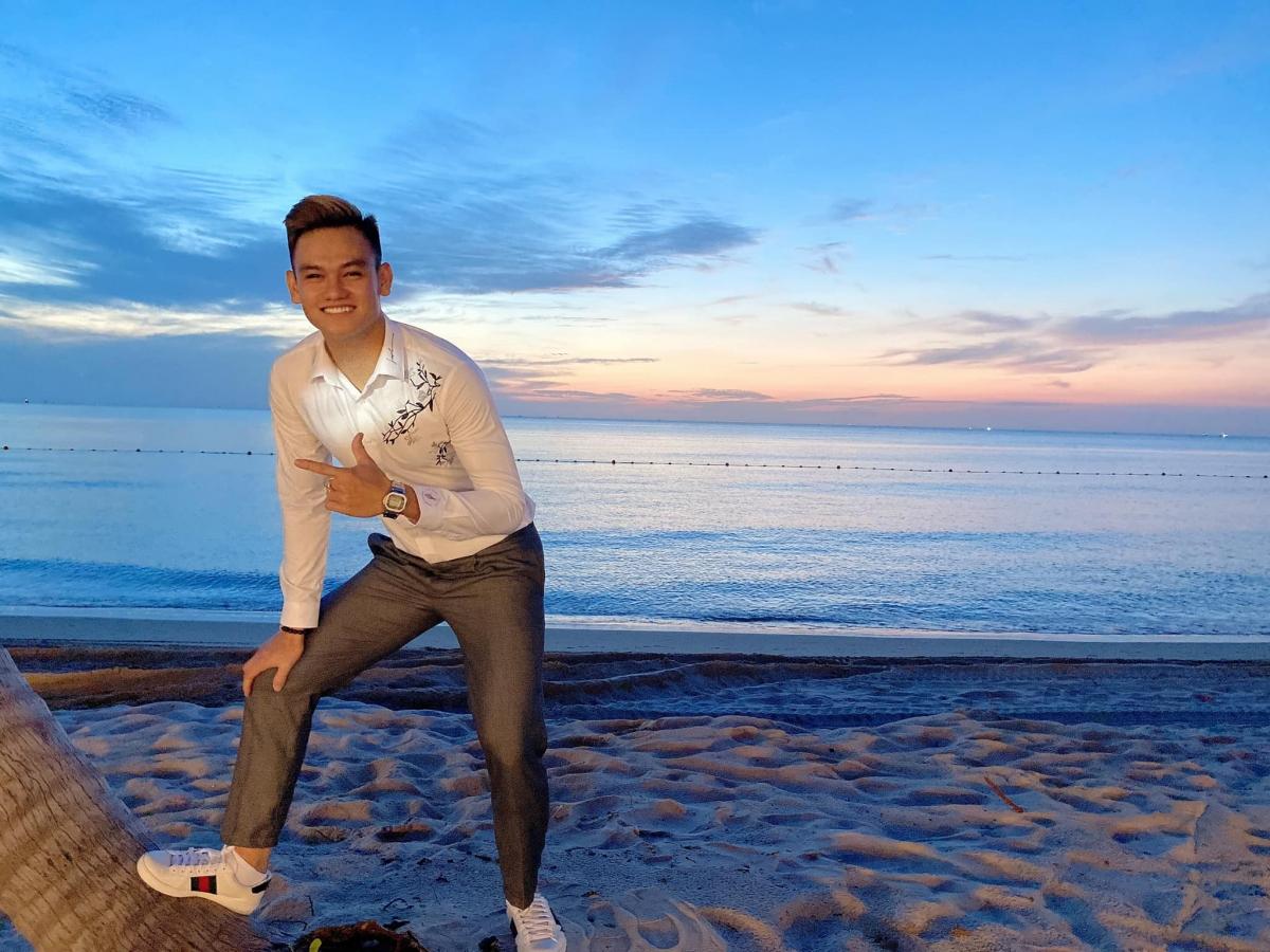 """Hậu vệ Hồ Tấn Tài """"cô đơn"""" bên bờ biển. (Ảnh: FB Hồ Tấn Tài)"""