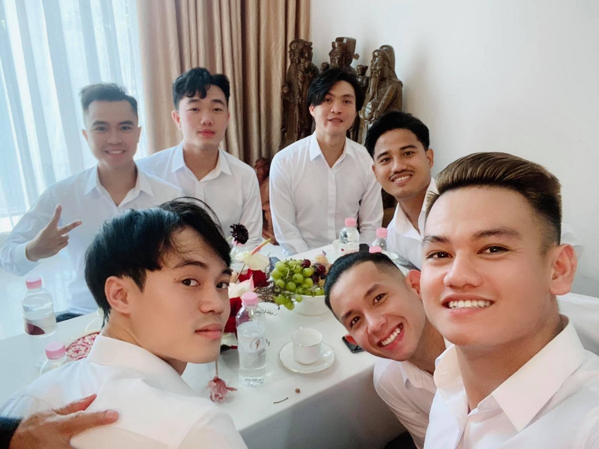 Trước đó, Hồ Tấn Tài cùng Văn Toàn, Hồng Duy, Tuấn Anh, Xuân Trường, Đức Lương, Trung Tín là 7 cầu thủ bê tráp trong đám cưới Công Phượng tại TPHCM. (Ảnh: FB Hồ Tấn Tài)