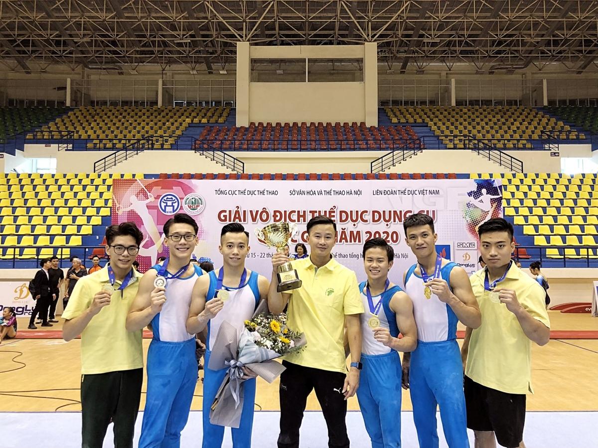 HLV Trương Minh Sang và các học trò tại giải TDDC VĐQG 2020.