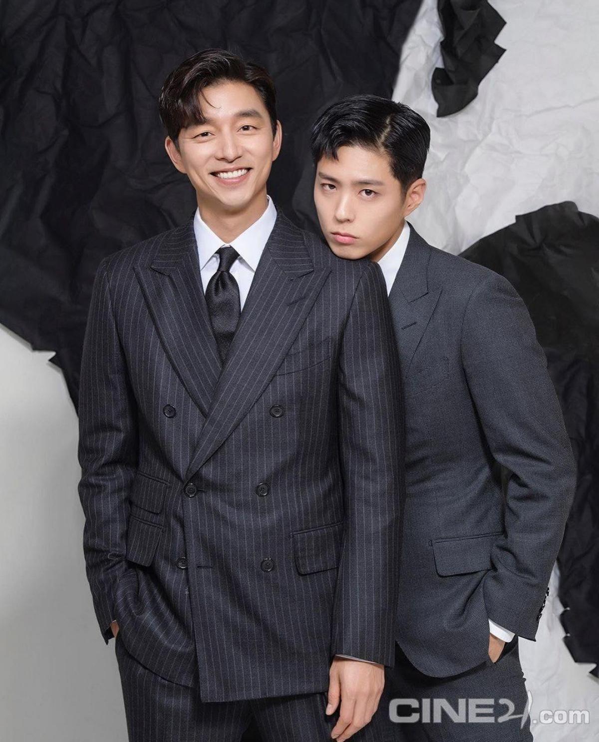 """Gong Yoo - Park Bo Gum hiện đang là những cái tên sáng giá của màn ảnh Hàn Quốc nên sự xuất hiện của cả hai trong cùng một khung hình khiến khán giả phấn khích. Sức nóng của bộ đôi đã khiến tạp chí này """"cháy hàng"""" ngay khi vừa mở bán."""