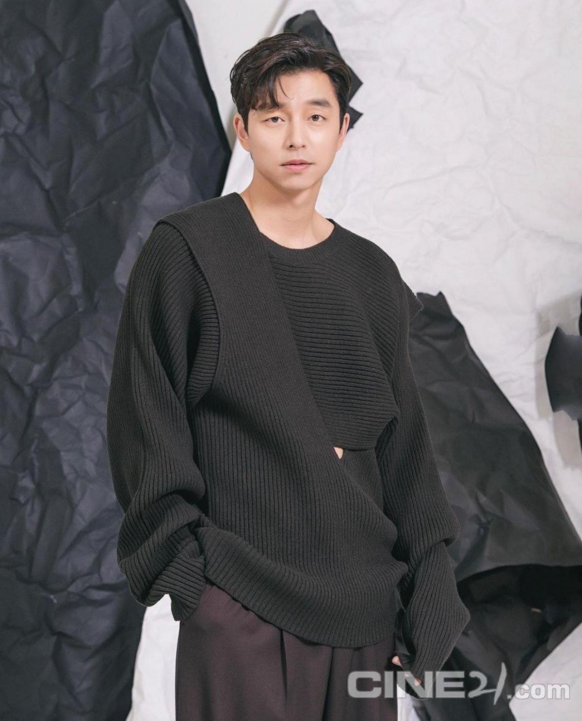 Dù lớn hơn đàn em tận 14 tuổi nhưng Gong Yookhông hề thua kém với ngoại hình bảnh bao, gương mặt góc cạnh nam tính cùng vóc dáng chuẩn mực.