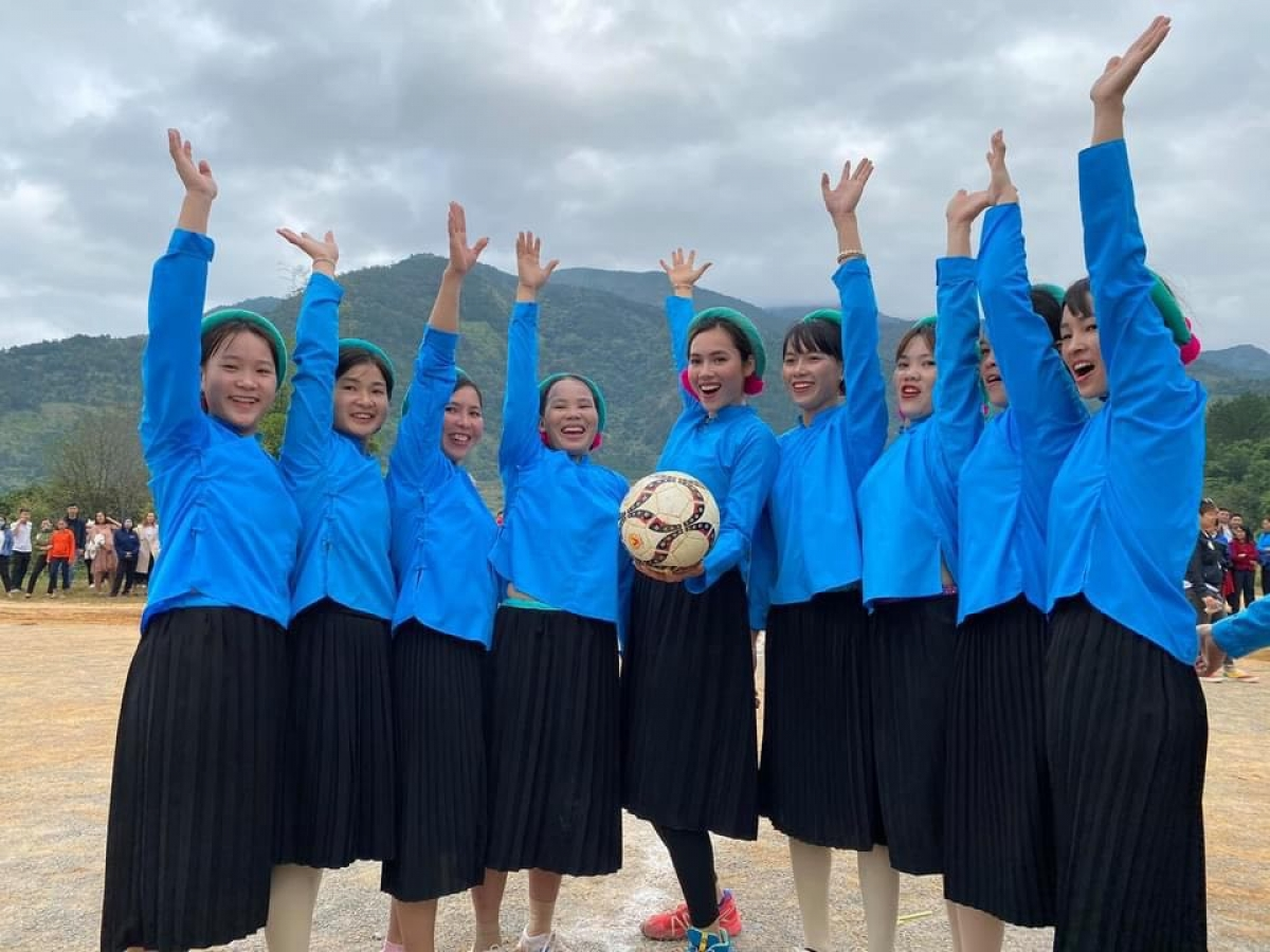 Mới đây, dàn mỹ nhân Việt đã có một buổi đá bóng giao hữu vô cùng thú vị với các cô gái dân tộc Sán Chỉ (Bình Liêu - Quảng Ninh).