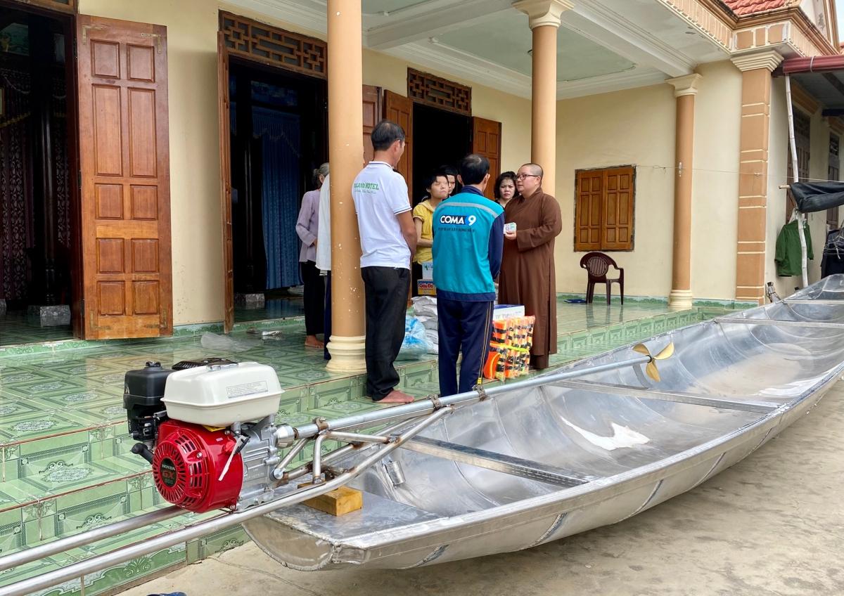 Đoàn trao thuyền cùng quà, tiền mặt cho một gia đình khó khăn.
