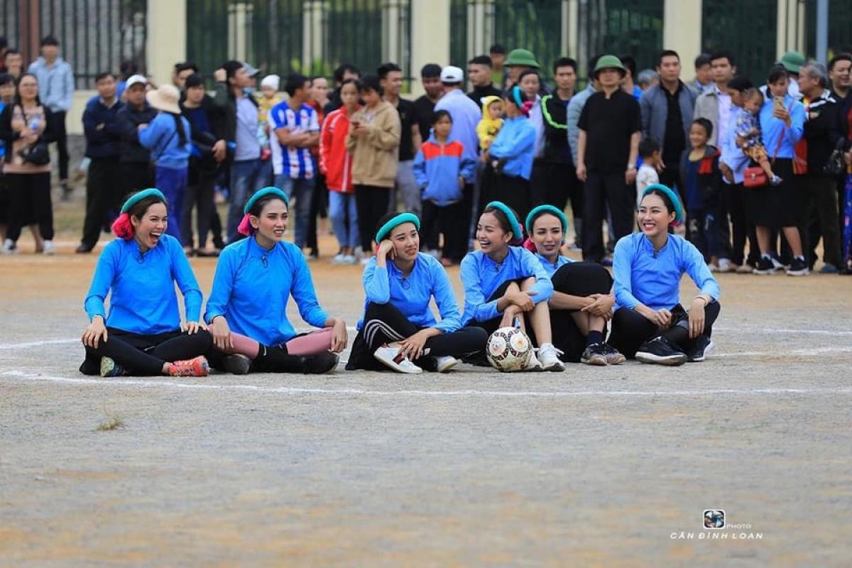 Trận đấu nhanh chóng thu hút sự quan tâm, theo dõi của người dân huyện Bình Liêu.