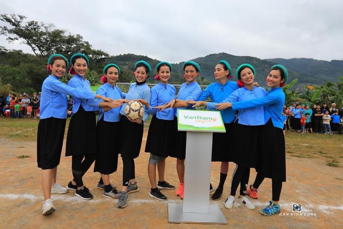 Võ Hoàng Yến, Mâu Thủy cùng các cô gái mặc trang phục đặc trưng của dân tộc Sán Chỉ với bộ áo cánh xanh, váy đen dài đến đầu gối, đội vấn và mang giày thể thao ấn tượng.