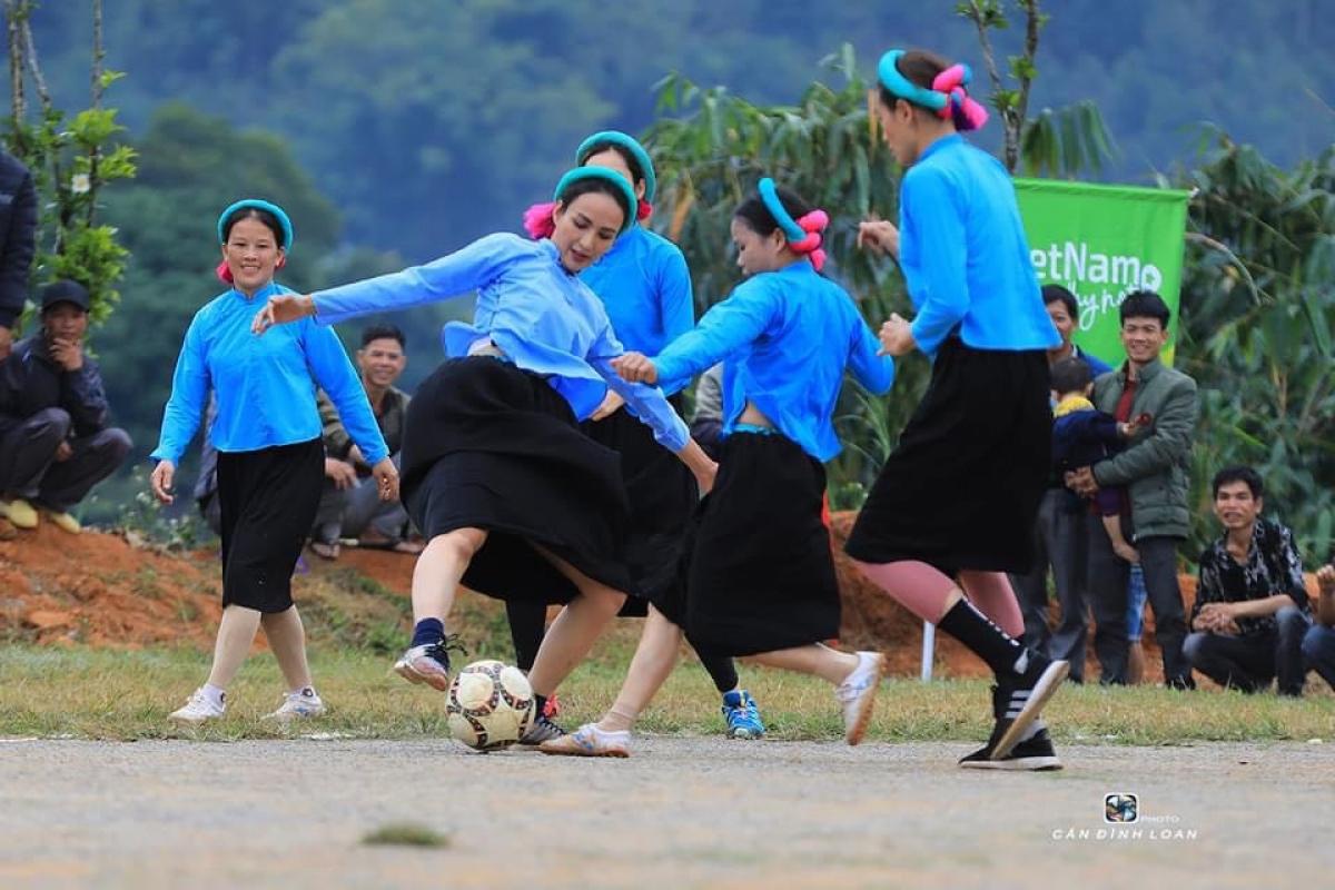 Những biểu cảm thú vị, hành động hài hước của các cô gái trên sân bóng khiến khán giả phải bật cười.