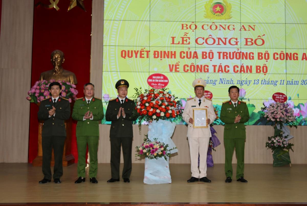 Ban Giám đốc Công an tỉnh Quảng Ninh chúc mừng Đại tá Vũ Thanh Tùng. Ảnh: Công an Quảng Ninh