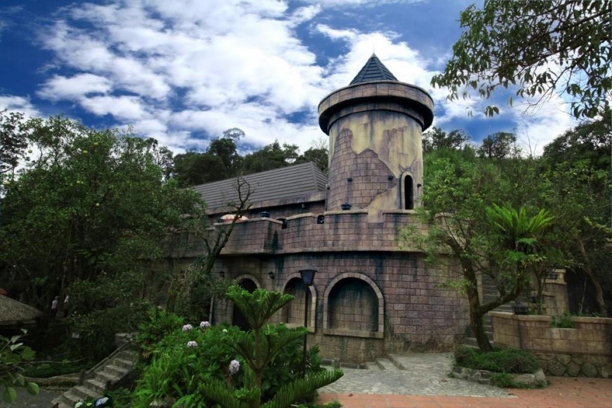 Bạn sẽ vô cùng thích thú tận hưởng cảm giác phiêu lưu tới một tòa lâu đài cổ ẩn giấu những bí mật trăm năm, ngắm mây bay ngang tầm mắt và tất nhiên, cho ra đời 100 tấm ảnh đủ các góc đẹp khỏi cần suy nghĩ./.